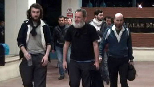 Screengrab from a video released by Dogan News Agency shows Edouard Elias, Didier Francois, Pierre Torres and Nicolas Henin (from left) arriving at the Mehmet Akif Inan Training and Research Hospital at Sanliurfa, near the Syrian border, on April 19, 2014. /AFP