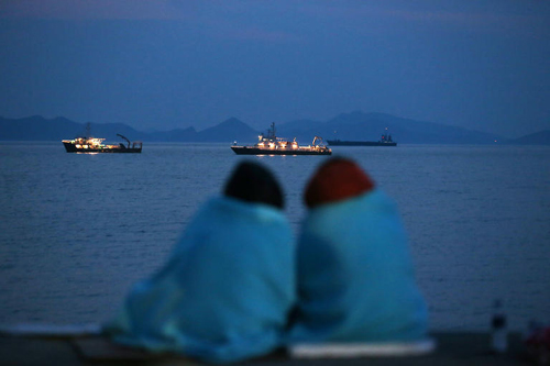 Family members of missing passengers look out to sea from a port in Jindo, South Jeolla Province on Sunday. /News 1