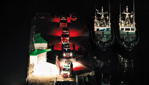 Ambulances carry the bodies of victims of the Sewol ferry disaster in Jindo, South Jeolla Province on Tuesday. /News 1