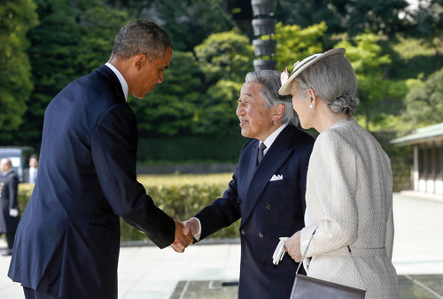 U.S. President Barack Obama (left) is welcomed by Japans Emperor Akihito and Empress Michiko upon his arrival at the Imperial Palace for the welcoming ceremony in Tokyo on April 24, 2014. /AP-Newsis