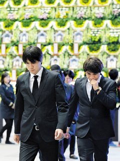 National football team manager Hong Myung-bo (right) and coach Kim Tae-hyung on Thursday leave an altar in Ansan, Gyeoggi Province after paying tribute to the victims of the ferry disaster last week. /Newsis