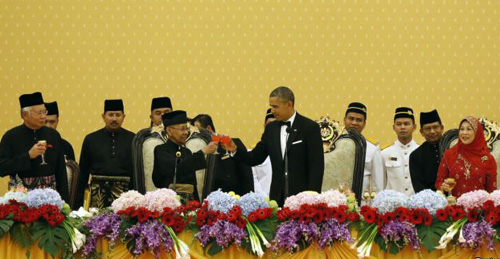 President Barack Obama toasts Malaysias King Abdul Halim of Kedah during a state dinner at Istana Negara Palace in Kuala Lumpur on Apr. 26, 2014. At left is Malaysias Prime Minister Najib Razak and at right is Queen Haminah. /Reuters