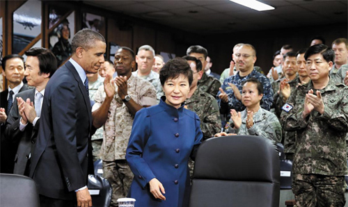 President Park Geun-hye and U.S. President Barack Obama (left) arrive to be briefed by Combined Forces Command officers at the U.S. Army Garrison at Yongsan in Seoul on Saturday. /Newsis