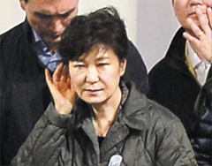 President Park Geun-hye listens to family members of ferry disaster victims at a gymnasium in Jindo, South Jeolla Province on April 17.