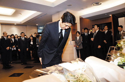 Japanese Prime Minister Shinzo Abe bows Monday at a memorial altar for the victims of the ferry disaster set up at the Korean Residents Union in Japan in Tokyo. /Courtesy of the Korean Residents Union in Japan