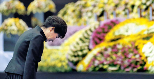 President Park Geun-hye pays tribute to the victims of the ferry disaster at a memorial altar in Ansan, Gyeonggi Province on Tuesday. /Newsis