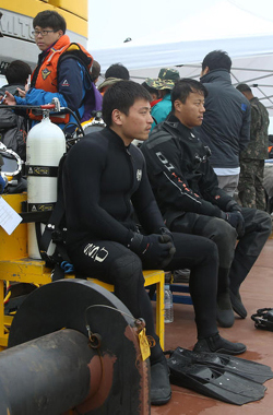 Rescuers wait for the currents to slow down on a barge near the disaster site in Jindo, South Jeolla Province on Tuesday. /News 1