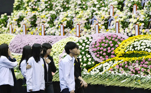 Students of Danwon High School who survived from the ferry disaster on April 16 grieve at a memorial altar in Ansan, Gyeonggi Province on Wednesday.