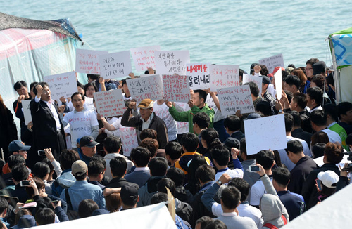 The bereaved family members of victims of the ferry disaster stage a protest criticizing the government at a port in Jindo, South Jeolla Province on Thursday. /News 1