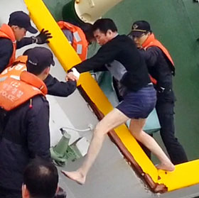 Lee Joon-seok, the captain of the sinking ferry Sewol, escapes with the help of coast guards on April 16. /Newsis