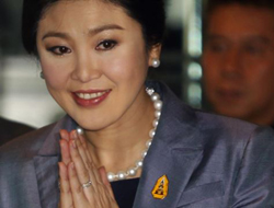 Thailands Prime Minister Yingluck Shinawatra arrives at the Constitution court in Bangkok on May 6, 2014. /Reuters