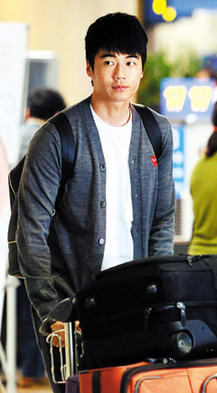 Ki Sung-yueng arrives at Incheon International Airport on Tuesday. /Newsis