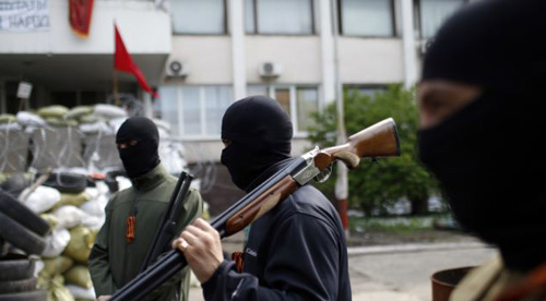 Armed pro-Russian rebels stand guard outside the town hall in Mariupol in eastern Ukraine on May 4, 2014. /Reuters