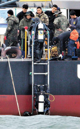 Divers return to a barge after searching for missing victims from the ferry disaster off Jindo, South Jeolla Province on April 29. /News 1