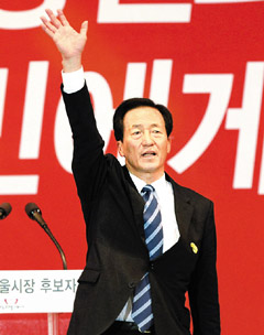 Saenuri Party lawmaker Chung Mong-joon reacts after being chosen as candidate for Seoul mayor in Seoul on Monday. /News 1