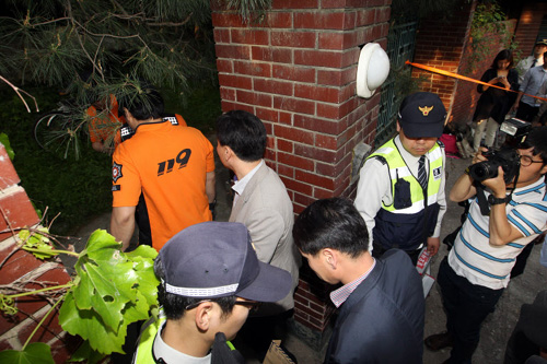 Prosecutors enter the house of Yoo Dae-gyun in Yeomgok-dong, Seoul on Monday.