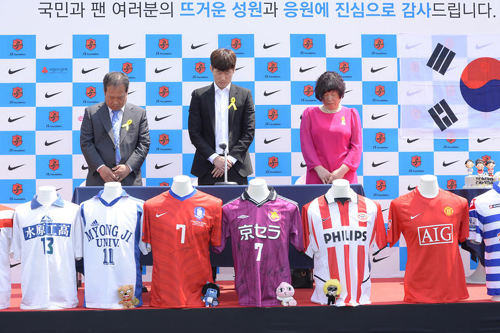 Park Ji-sung (center) and his parents observe a moments silence for the victims of the ferry disaster last month, at a press conference in Suwon, Gyeonggi Province on Wednesday. /News 1