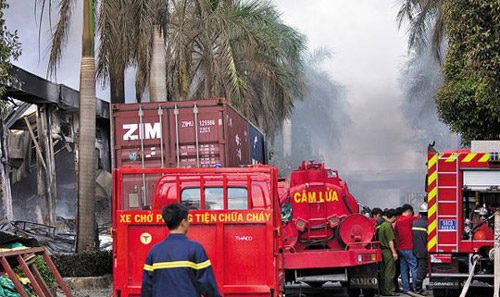 Firefighters try to contain a blaze in a Taiwanese bicycle factory in Binh Duong, Vietnam on Wednesday. /AP-Newsis