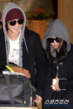 Kim Bum (left) and Moon Geun-young arrive at Incheon International Airport from Europe on Nov. 28, 2013.