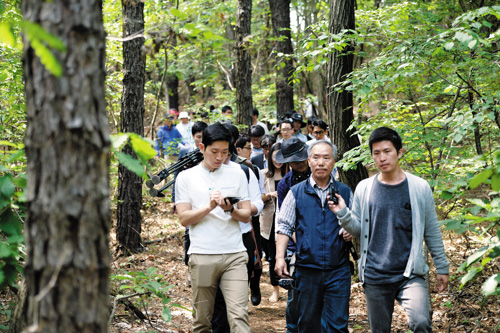 Reporters are shown around a compound belonging to a cult led by ferry owner Yoo Byug-eon in Anseong, Gyeonggi Province on Sunday.