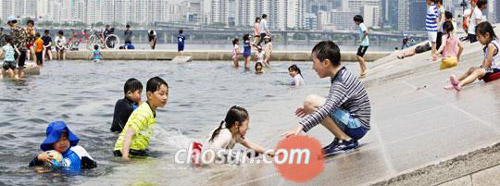 Children have fun at the Han River Park in Yeouido, Seoul on Sunday.