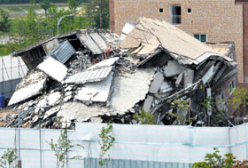 A studio apartment building in Asan, South Chungcheong Province lies in rubble after demolition on Sunday.