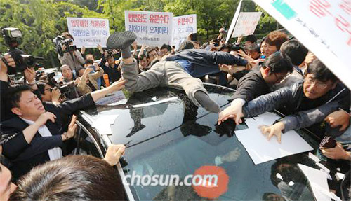 KBS union members try to block the car of network president Gil Hwan-young in front of its headquarters in Yeouido, Seoul on Monday.