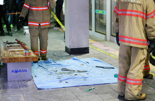 Firefighters arrive at the scene of explosion at Geumjeong Station in Gunpo, Gyeonggi Province on Monday.