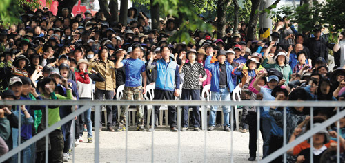 Followers of cult leader and ferry owner Yoo Byung-eon rally at a compound in Anseong, Gyeonggi Province on Tuesday.