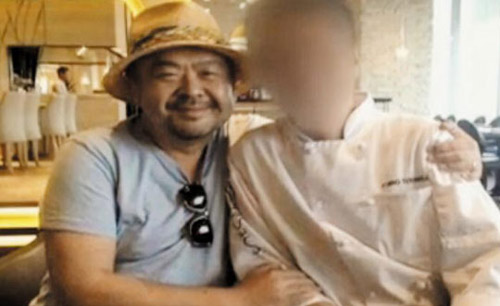 Kim Jong-nam poses with the chef of an Italian restaurant in Jakarta, Indonesia on May 4, 2014. /YTN
