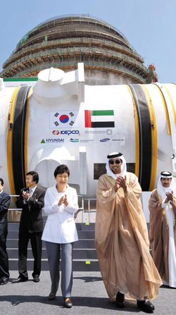 President Park Geun-hye and Abu Dhabi crown prince Mansour bin Zayed Al Nahyan applaud at the opening of a Korean-made nuclear reactor at a power plant being built in the United Arab Emirates on Tuesday. /Newsis