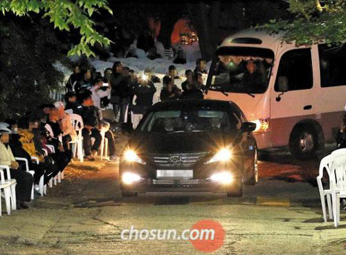 Officials from the Incheon District Prosecutors Office leave a compound in Anseong, Gyeonggi Province owned by the sect led by ferry owner Yoo Byung-eon, on Wednesday night.