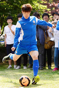 Park Ji-sung takes a shot on goal during an event celebrating the centennial anniversary of PSV Eindhoven hosted by its owner, Dutch company Philips, in Seoul on Wednesday.