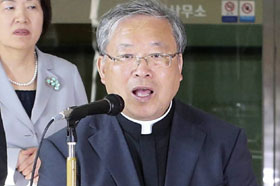 Cardinal Yeom Soo-jung speaks to the press at a border checkpoint after returning from the Kaesong Industrial Complex in North Korea on Wednesday.