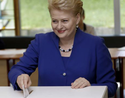 Lithuanias President Dalia Grybauskaite casts her vote during European Parliament and Lithuanias presidential elections in Vilnius on May 25, 2014. /Reuters