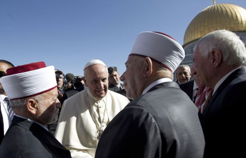 Pope Francis meets with the Mufti of Jerusalem Muhammad Ahmad Hussein (left) and Abdul Azeem Salhab, head of the Waqef supreme court, near the Dome of the Rock Mosque on May 26, 2014. /AP