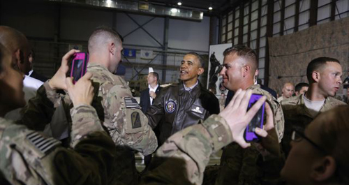 Soldiers take photos as U.S. President Barack Obama (center) shakes hands with troops after delivering remarks at Bagram air base in Kabul, Afghanistan on May 25, 2014. /Reuters