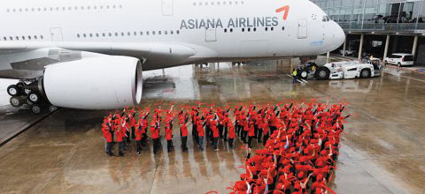 Airbus staff form the Asiana Airlines logo to celebrate the handover of the carriers first A380 on Monday. /Courtesy of Asiana Airlines