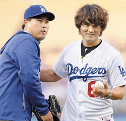 Park Chan-ho (right) poses with Ryu Hyun-jin after a ceremonial first pitch for a game between the Los Angeles Dodgers and Cincinnati Reds at Dodger Stadium on Tuesday. /News 1