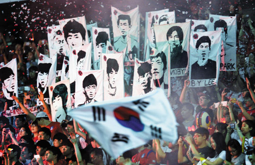Fans hold up placards cheering Korean national football team during a friendly against Tunisia at Seoul World Cup Stadium on Wednesday. /Newsis