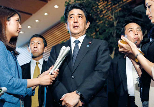 Japanese Prime Minister Shinzo Abe speaks to the media at his official residence in Tokyo on Thursday. /AP-Newsis
