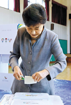President Park Geun-hye casts her ballot in local elections at a polling station in Cheongun-dong, Seoul on Wednesday. /Newsis