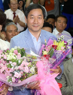 Incheon mayor-elect Yoo Jeong-bok poses after his victory at his campaign office in Incheon on Thursday morning. /News 1