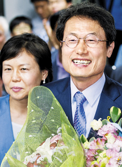 Cho Hee-yeon celebrates with his wife after his victory in the election for superintendent of education in Seoul on Wednesday.