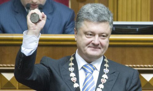 Ukraines President-elect Petro Poroshenko shows the presidential seal during his inauguration ceremony in the parliament hall in Kyiv on June 7, 2014. /Reuters