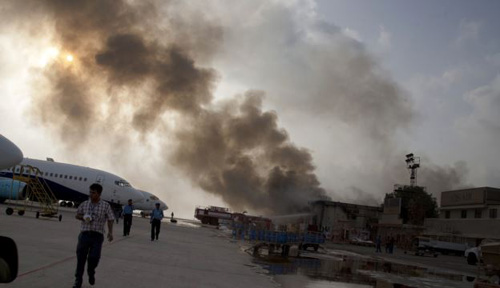Smoke rises above the Jinnah International Airport where security forces continue to battle militants in Karachi, Pakistan on June 9, 2014. /AP