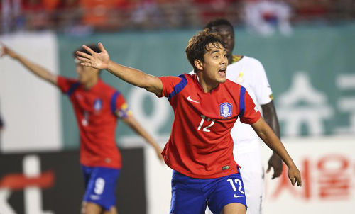 Park Chu-young protests against an official call in the second half of a friendly match against Ghana in Miami on Tuesday. /AP-Newsis