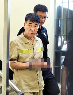 Lee Joon-seok, captain of the ferry Sewol, leaves his prison cell to stand trial in the southwestern city of Gwangju on Tuesday. /Newsis