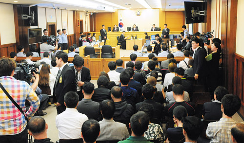 People gather to watch the trial of the crew of the ferry Sewol in a courtroom in Gwangju on Tuesday.