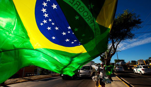 A street vendor sells representations of Brazils national flags near the Arena Castelao in Fortaleza, Brazil on June 11, 2014. /AP